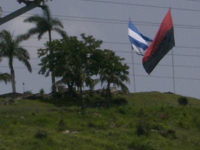 Banderas cubanas y del 26 de Julio ondean en la Loma del Capiro